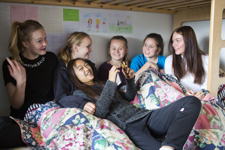 Pigerne slapper af på deres værelser - Lyngs Idrætsefterskole